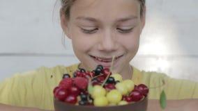Porträt des Jungen des Essens von Beeren stock video footage