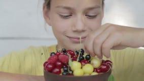 Porträt des Jungen des Essens von Beeren stock footage