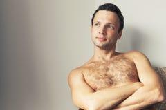 Porträt des jungen europäischen hemdlosen Mannes