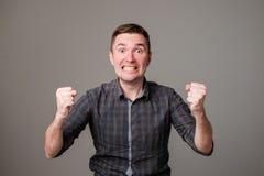 Porträt des jungen europäischen Mannes mit entsetztem Gesichtsausdruck Er kann seinem Glück oder Erfolg nicht glauben Stockfoto