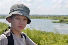 Porträt des Jungen gegen den Fluss Stockbild