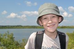 Porträt des Jungen gegen den Fluss Lizenzfreies Stockbild