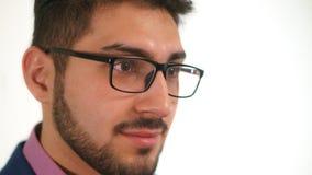 Porträt des jungen Geschäftsmannabschlusses oben mit Bart im Anzug auf weißem Hintergrund Stockbild