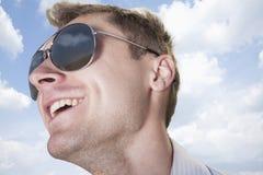 Porträt des jungen Geschäftsmannes in der Sonnenbrille lächelnd, Nahaufnahme auf Gesicht stockbild