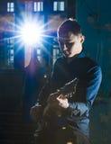 Porträt des jungen Gitarristen spielend auf Gitarre Lizenzfreie Stockfotografie