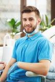 Porträt des jungen glücklichen dentinst im Zahnarztbüro stockbild