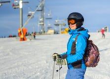 Porträt des jungen glücklichen Frauenskifahrers am Skiort stockfoto
