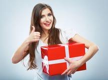 Porträt des jungen glücklichen lächelnden woma roten Geschenkboxgriffs. Stockbild