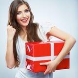 Porträt des jungen glücklichen lächelnden woma roten Geschenkboxgriffs Stockfotos