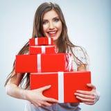 Porträt des jungen glücklichen lächelnden woma roten Geschenkboxgriffs Stockbild