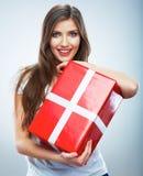 Porträt des jungen glücklichen lächelnden woma roten Geschenkboxgriffs Stockbilder