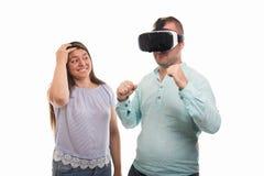Porträt des jungen glücklichen Paars, das vr Schutzbrillen verwendet Stockbild
