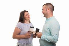Porträt des jungen glücklichen Paars Tasse Kaffees halten Stockbilder