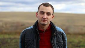 Porträt des jungen gut aussehenden Mannes im Freien stock video footage
