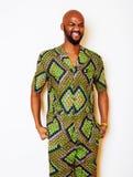 Porträt des jungen hübschen afrikanischen Mannes, der hellgrünes nati trägt Lizenzfreies Stockbild