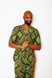 Porträt des jungen hübschen afrikanischen Mannes, der hellgrünes nati trägt Stockfotografie