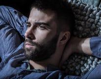 Porträt des jungen hübschen ernsten Mannes in einer Hängematte Stockfotos