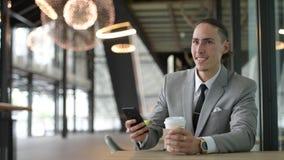 Porträt des jungen hübschen Geschäftsmannes Having Coffee Break stock video