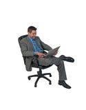 Businuss Mann, der mit Laptop sitzt Lizenzfreie Stockbilder