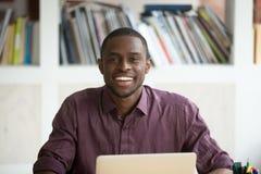 Porträt des jungen hübschen lächelnden Afroamerikanergeschäftsmannes lizenzfreies stockfoto