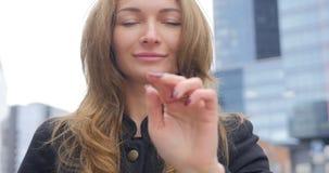 Porträt des jungen hübschen Mädchens, das auf die Luft klickt stock video footage