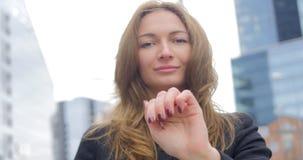 Porträt des jungen hübschen Mädchens, das auf die Luft klickt stock video