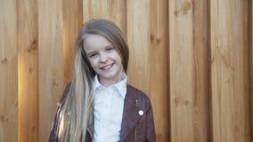 Porträt des jungen, hübschen Mädchens lächelt an der Kamera am Zaun 4K stock video footage