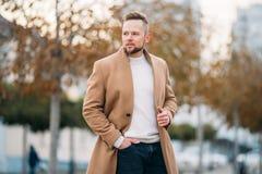 Porträt des jungen hübschen stilvollen Mannes im eleganten Mantel stockfoto