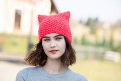 Porträt des jungen Hippie-Mädchens in der rosa Wollkappe lizenzfreie stockfotografie