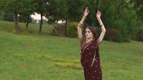 Porträt des jungen indischen Mädchens mit Tätowierung mehndi stock video