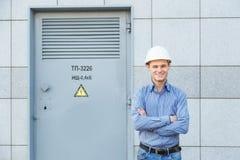Porträt des jungen Ingenieurs an der Transformatorstation lizenzfreie stockbilder