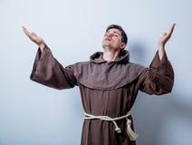 Porträt des jungen katholischen Mönchs Lizenzfreie Stockfotos