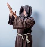 Porträt des jungen katholischen Mönchs Stockfotografie