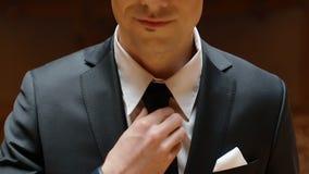 Porträt des jungen kaukasischen Mannes im schwarzen Anzug stock video footage