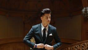 Porträt des jungen kaukasischen Mannes im schwarzen Anzug stock footage