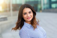 Porträt des jungen lächelnden Frauenfreiens mit sunligth Aufflackern stockfoto