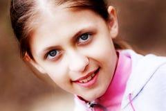 Porträt des jungen lächelnden Mädchens Stockfoto