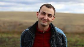Porträt des jungen Lächelns des gutaussehenden Mannes im Freien stock video