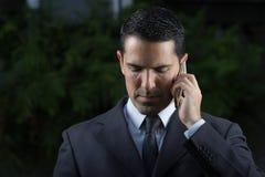 Porträt des jungen lateinischen Geschäftsmannes Using Cell Phone Lizenzfreie Stockfotos