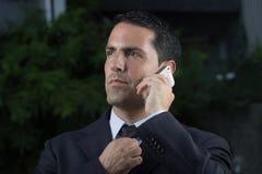 Porträt des jungen lateinischen Geschäftsmannes Using Cell Phone Lizenzfreies Stockbild