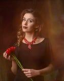 Porträt des jungen Mädchens auf schwarzem Hintergrund Lizenzfreies Stockfoto
