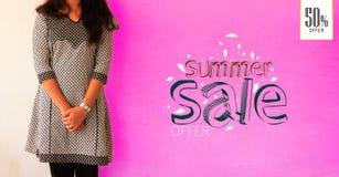 Porträt des jungen Mädchens aufwerfend auf fördernden Fahnenschablonen des Sommerschlussverkaufs Rosa Farbhintergrund Schönes Tan Lizenzfreie Stockbilder