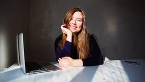 Porträt des jungen Mädchens der Grübchen mit Laptop, Schönheit sitt stockfotos