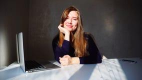 Porträt des jungen Mädchens der Grübchen mit Laptop, Schönheit sitt lizenzfreie stockbilder