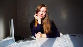 Porträt des jungen Mädchens der Grübchen mit Laptop, Schönheit sitt stockbild