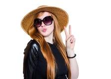 Porträt des jungen Mädchens in der Sonnenbrille auf weißem Hintergrund Stockbild