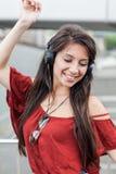 Porträt des jungen Mädchens hörend Musik Lizenzfreies Stockfoto