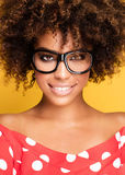 Porträt des jungen Mädchens mit Afro Stockfotos