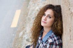 Porträt des jungen Mädchens mit dem gelockten Haar stockbild