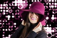 Porträt des jungen Mädchens mit einem Granat vor Scheinwerfern ziehen sich zurück Lizenzfreie Stockbilder